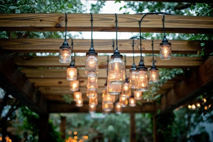 Cómo iluminar el jardín para un cumpleaños de adultos